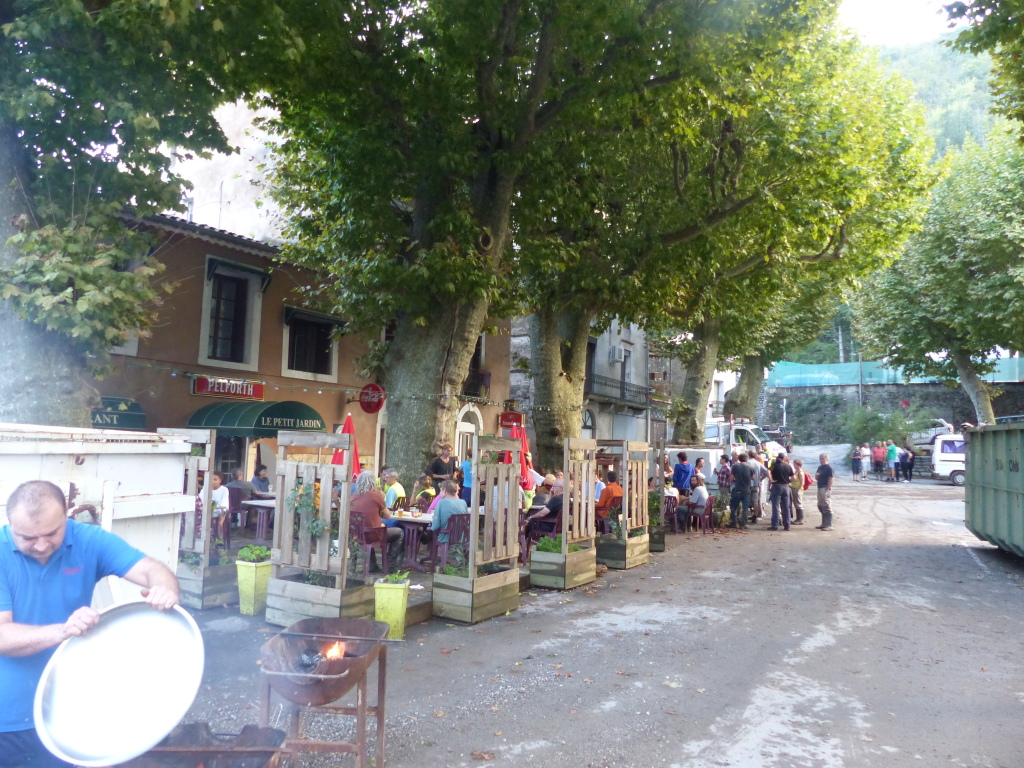 La convivialité au bar du village