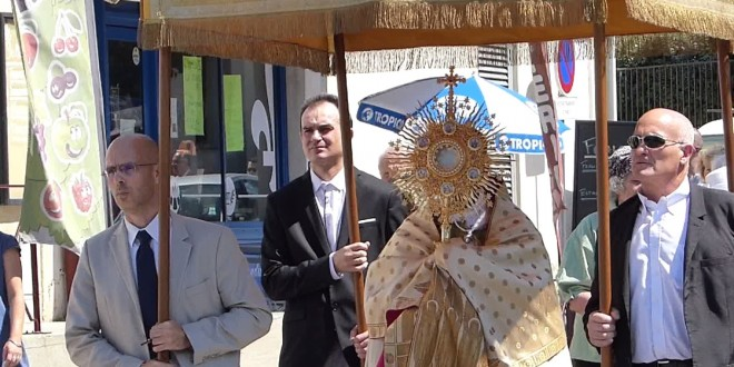 La Fraternité Saint Pie X célèbre la Fête-Dieu dans les rues de Fabrègues [Vidéo]